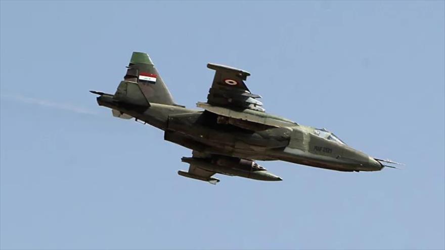 Un avión de combate modelo Sujoi de las Fuerzas Aéreas iraquíes en pleno vuelo.