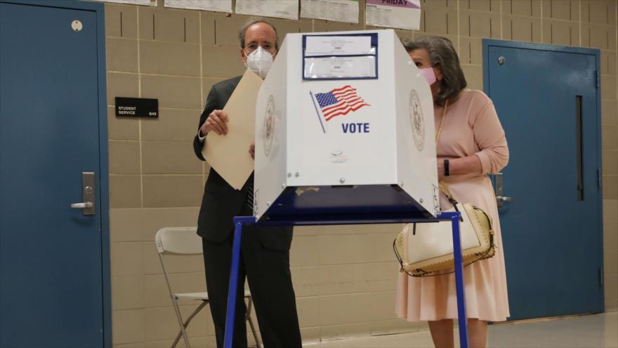 Ciudadanos estadounidenses participan en las elecciones primarias en un colegio electoral en Nueva York, 23 de junio de 2020. (Foto: AFP)