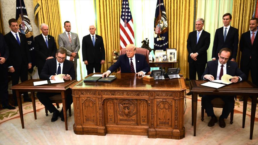 Donald Trump participa en una ceremonia de firmas con el presidente serbio (izq.) y el primer ministro de Kosovo en la Casa Blanca, 4 de septiembre de 2020. (Foto: AFP)