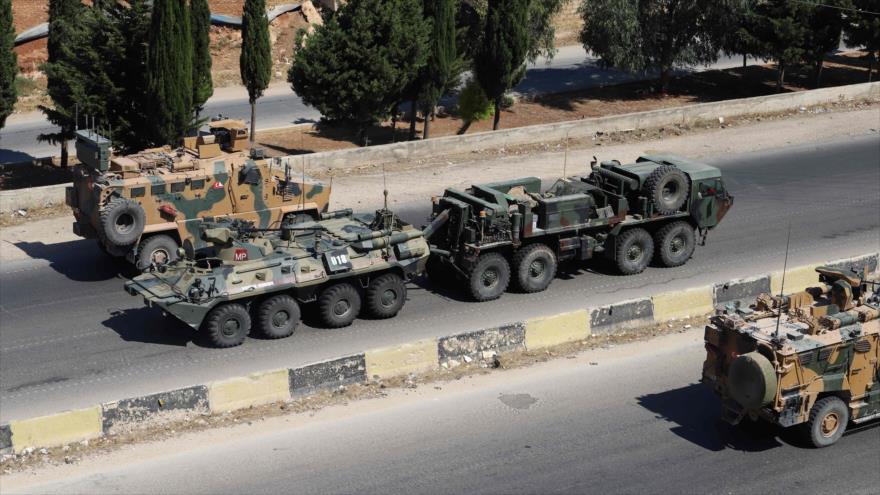 Un convoy militar turco cruza en una carretera en el norte de Siria, 25 de agosto de 2020. (Foto: AFP)