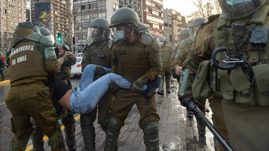 Carabineros reprimen protestas a 50 años del triunfo de Allende