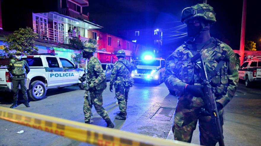 Agentes policiales de Colombia desplegados en el estado de Cali tras una explosión, 14 de agosto de 2020. (Foto: AFP)