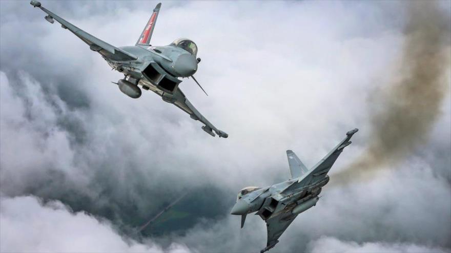 Aviones de combate británicos Typhoon en pleno vuelo.