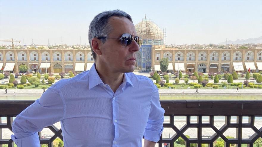 El canciller suizo, Ignacio Cassis, visita la plaza del Imam en Isfahán, en el centro de Irán, 5 de septiembre de 2020.