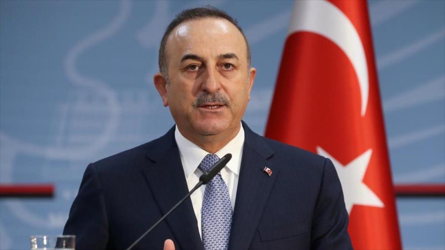 El canciller de Turquía, Mevlut Cavusoglu, en una conferencia de prensa en Tirana, Albania, 12 de febrero de 2020. (Foto: Reuters)