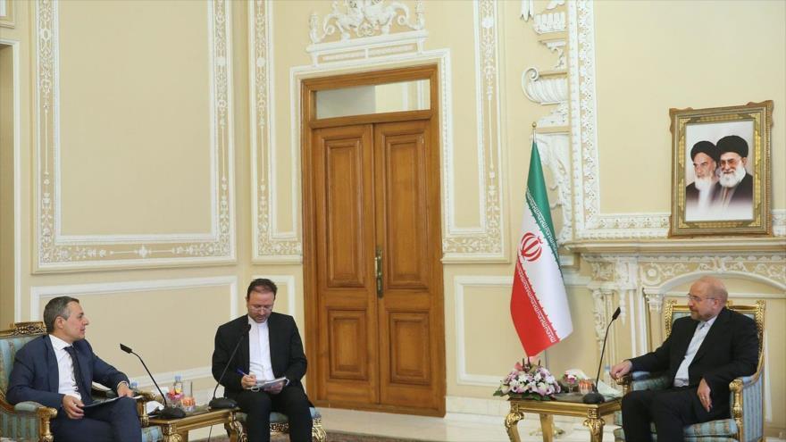 El presidente del Parlamento iraní, Mohamad Baqer Qalibaf (dcha.), reunido con el canciller suizo, Ignazio Cassis, en Teherán, 6 de septiembre de 2020.