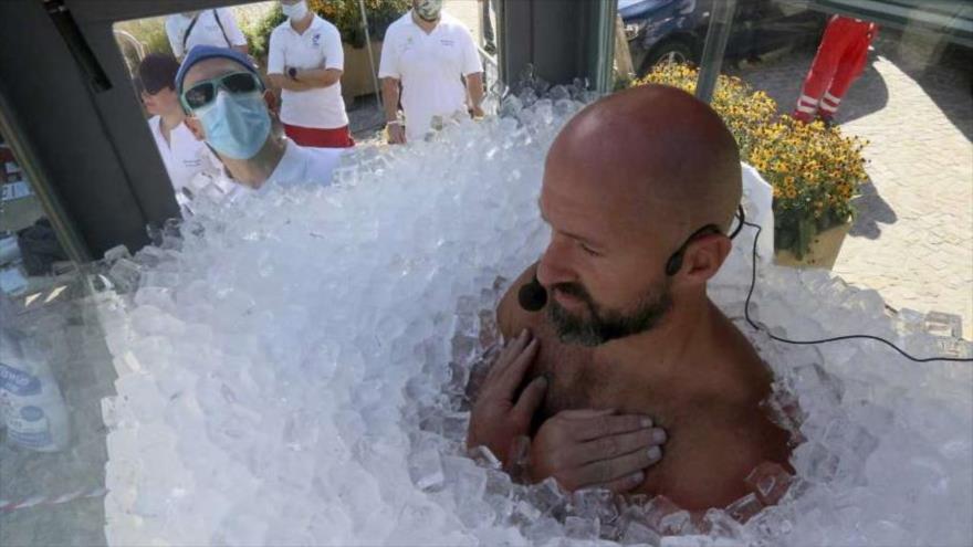 Austriaco aguanta dos horas y media entre cubos de hielo
