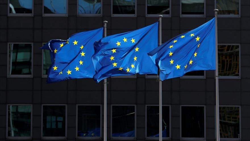 Las banderas de la Unión Europea frente a la sede de la Comisión Europea en Bruselas (capital belga), 21 de agosto de 2020. (Foto: Reuters)
