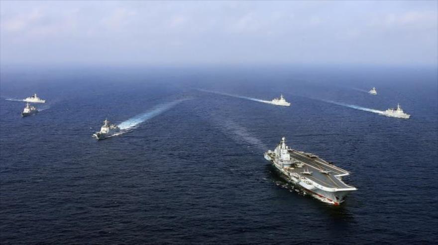 El portaviones chino Liaoning y otros barcos navegan durante un simulacro naval en el mar de la China Oriental en abril de 2018. (Foto: AFP)