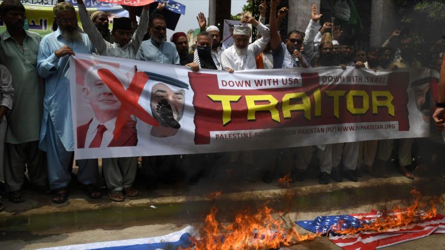 Protestan contra el acuerdo de normalización entre los EAU e Israel, Karachi, Paquistán, 21 de agosto de 2020. (Foto: AFP)