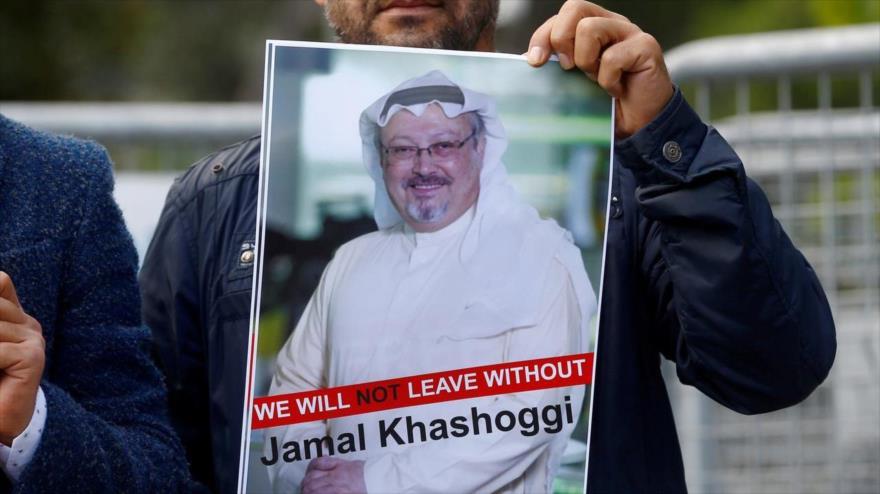 Un manifestante sostiene una foto de Jamal Khashoggi frente al consulado de Arabia Saudí en Estambul, Turquía, 5 de octubre de 2018. (Foto: Reuters)