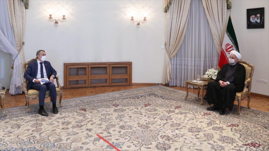 El presidente iraní, Hasan Rohani (dcha.), y el canciller suizo, Ignazio Cassis, en Teherán (capital persa), 7 de septiembre de 2020. (Foto: President.ir)