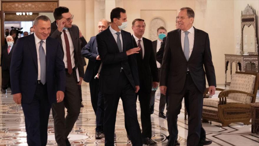 El presidente sirio, Bashar al-Asad (c) , el canciller ruso, Serguéi Lavrov (dcha.), y el el vice primer ministro ruso, Yuri Borísov, Damasco, 7 de septiembre de 2020. (Foto: SANA)