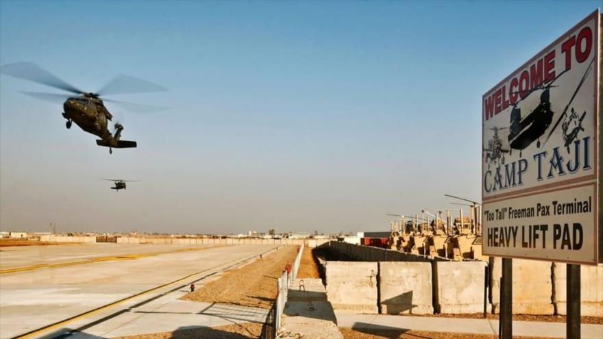 Helicópteros estadounidenses sobrevuelan la base militar de Al-Tayi, cerca de Bagdad, capital iraquí.