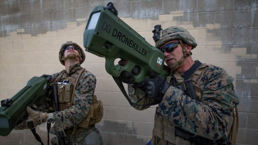 Dos marines de infantería del Ejército de EE.UU. prueban la puntería del arma anti drones Counter-UAS en una maniobra en la base militar de Camp Pendleton, California, el 21 de marzo de 2018.