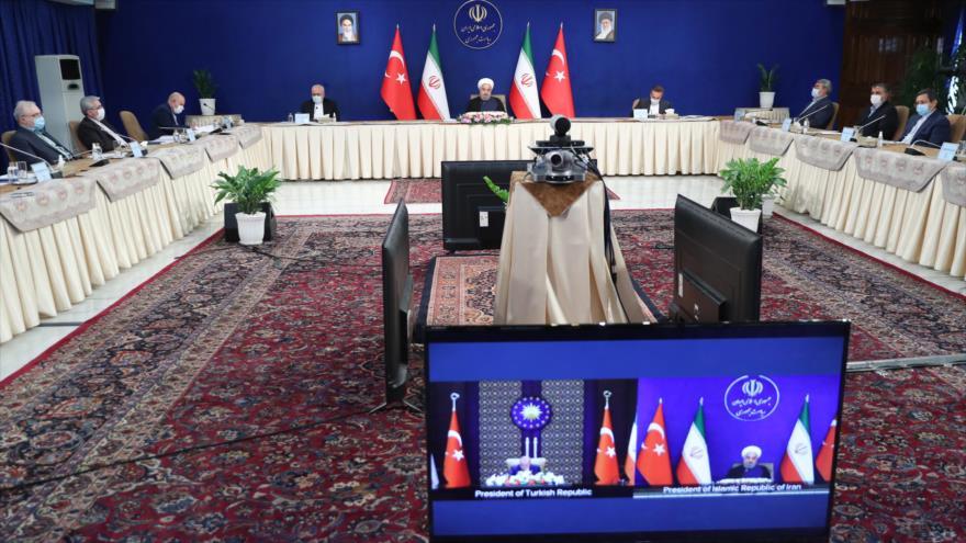El presidente iraní, Hasan Rohani, habla con su par turco, Recep Tayyip Erdogan, a través del videoconferencia, 8 de septiembre de 2020. (Foto: President.ir)