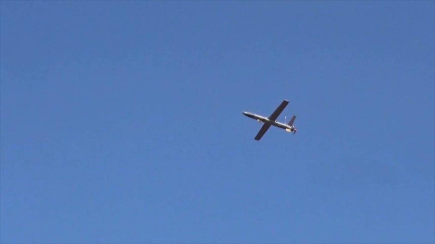 Avión no tripulado Qasef 2-K del Ejército yemení, en pleno vuelo.