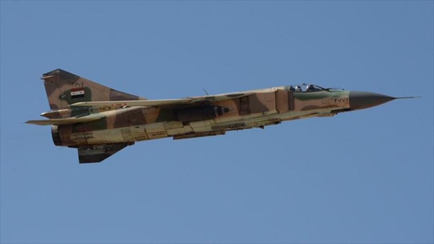 Un caza modeloMIG-23 del Ejército sirio en pleno vuelo.