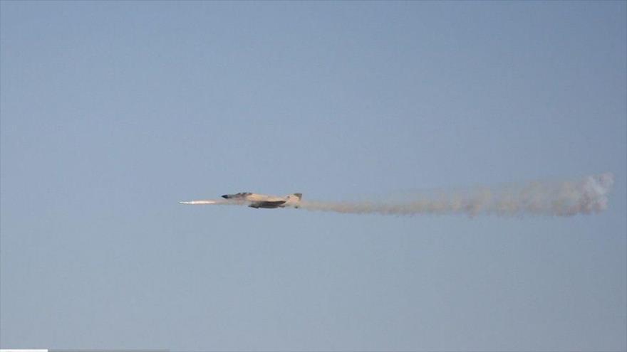 Un caza F-4 iraní dispara un misil durante maniobras militares.
