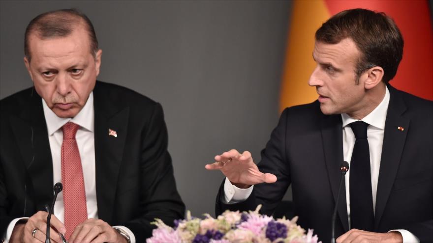 Los presidentes de Francia (dcha.), Emmanuel Macron, y de Turquía, Recep Tayyip Erdogan, respectivamente, en Estambul, 27 de octubre de 2018. (Foto: AFP)