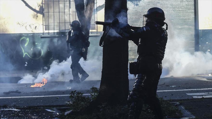 Escuadrón Movil Antidisturbios (Esmad) de Colombia dispara gases lacrimógenos contra manifestantes en Medellín, 10 de septiembre de 2020. (Foto: AFP)