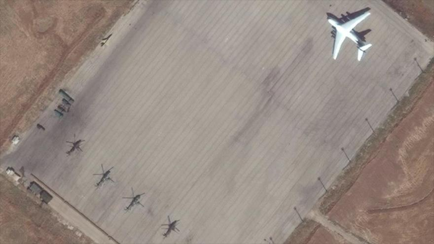 cuatro helicópteros de combate y un avión de transporte militar Il-76 en la base aérea de Rusia en Al-Hasaka, septiembre de 2020. (Foto: Avia.Pro.)