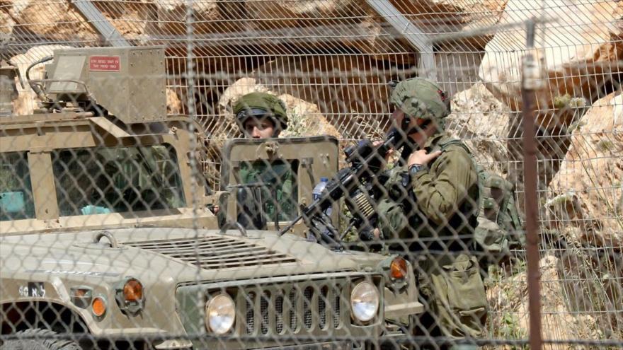 Dos soldados israelíes desplegados en la frontera con El Líbano.