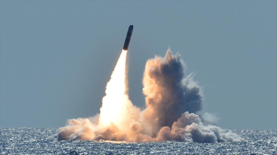 Un misil balístico intercontinental Trident II (D5) se lanza desde un submarino estadounidense frente a la costa de California (EE.UU.)