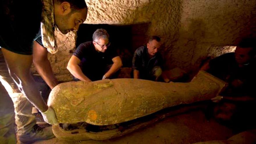 Arqueólogos descubren tumba con 13 sarcófagos de momias intactos en Egipto.