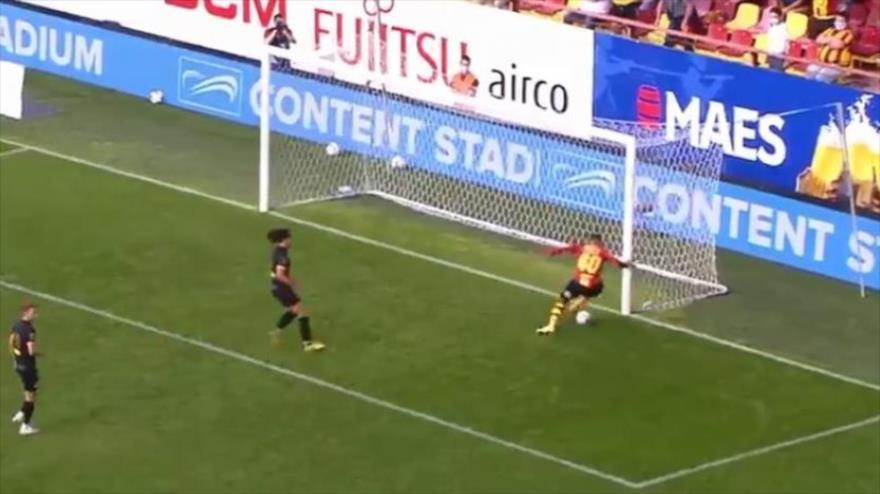 Así falla un gol insólito con el arco libro en la Liga de Bélgica