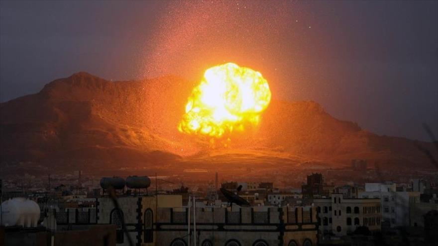 Una gran explosión tras el ataque de aviones saudíes en Saná, la capital yemení.