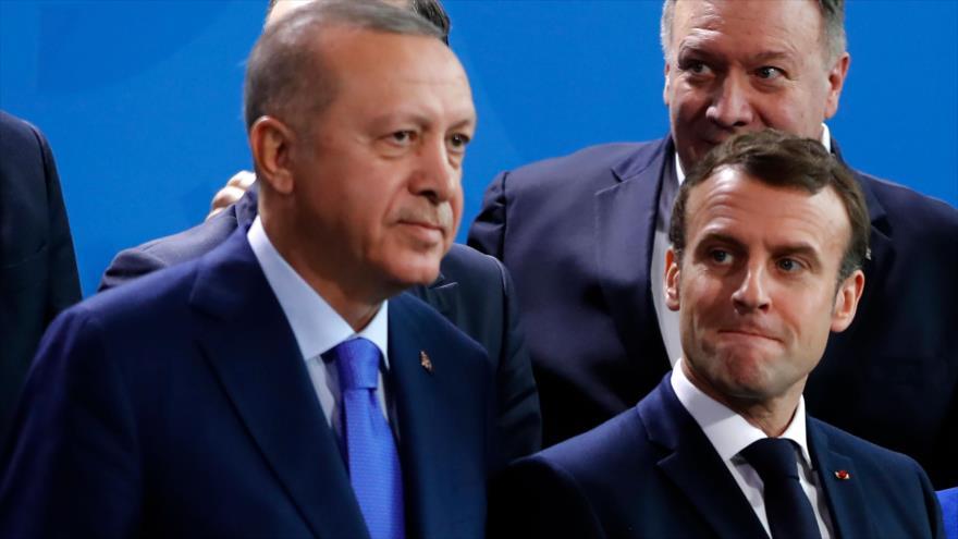 El presidente turco, Recep Tayyip Erdogan (izq.), y su par francés, Emmanuel Macron, en una cumbre en Alemania, 19 de enero de 2020. (Foto: AFP)