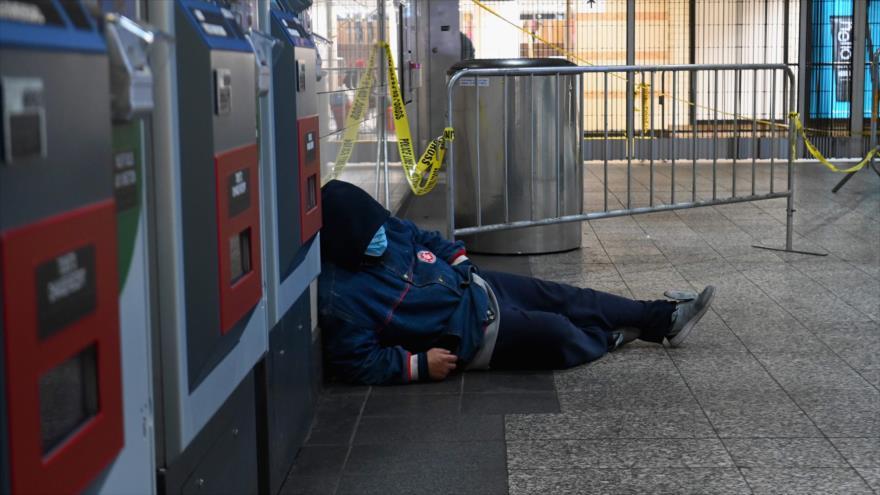 Una persona sin hogar duerme en una estación de metro en Nueva York, EE.UU., 29 de abril de 2020. (Foto: AFP)