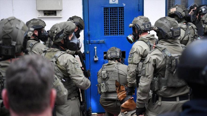 Fuerzas israelíes asaltan celdas de prisioneros palestinos en una cárcel en los territorios ocupados.