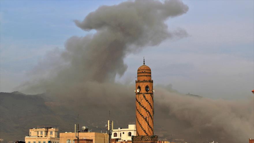 Humo elevándose al cielo tras un ataque saudí en Saná, capital yemení, 16 de junio de 2020. (Foto: AFP)