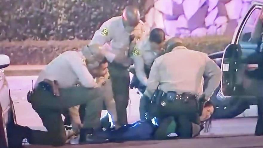 Arrestan violentamente a reportera que cubría protestas en EEUU