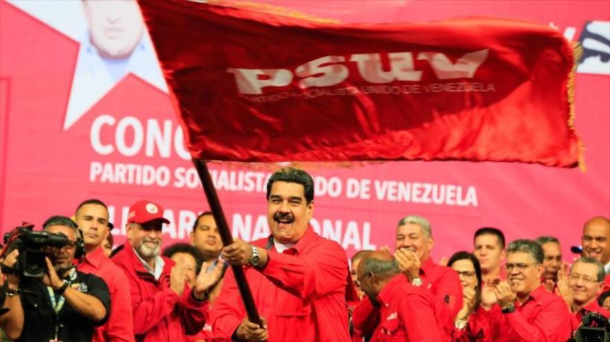 El presidente venezolano, Nicolás Maduro, quien asiste a un acto del PSUV, agita la bandera de este partido ante partidarios, 2 de febrero de 2018.