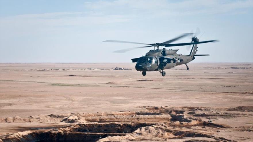 Un helicóptero UH-60 Black Hawk del Ejército estadounidense sobrevuela Siria, 12 de marzo de 2018.