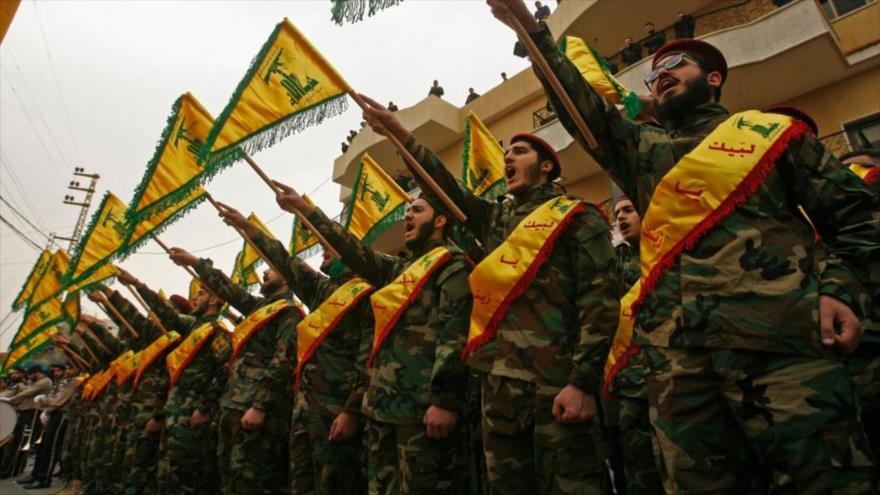 Combatientes del Movimiento de Resistencia Islámica de El Líbano (Hezbolá) participan en un desfile militar en Beirut, la capital.