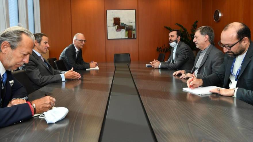 Una delegación iraní, encabezada por el vicecanciller Mohsen Baharvand (dcha.), reunida con el director general de la AIEA, Rafael Grossi, 15 de septiembre de 2020.