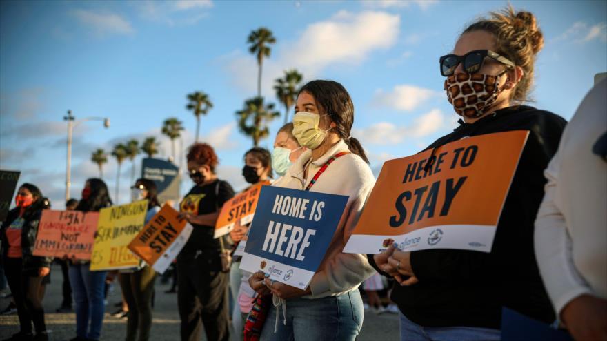 La gente protesta en contra de las políticas antimigrantes del presidente de EE.UU., Donald Trump, en San Diego, California, 18 de junio de 2020. (Foto: AFP)