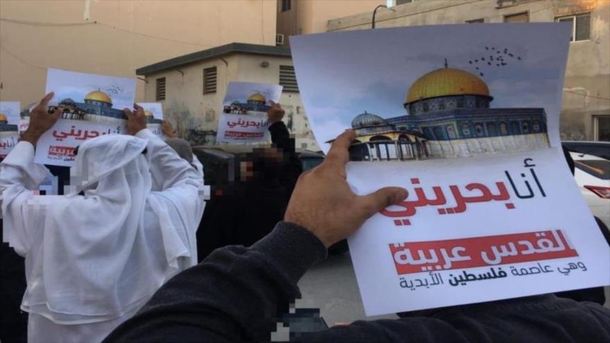 Los bareiníes realizan una protesta contra intentos del régimen israelí de cambiar el status de la sagrada ciudad palestina de Al-Quds (Jerusalén).