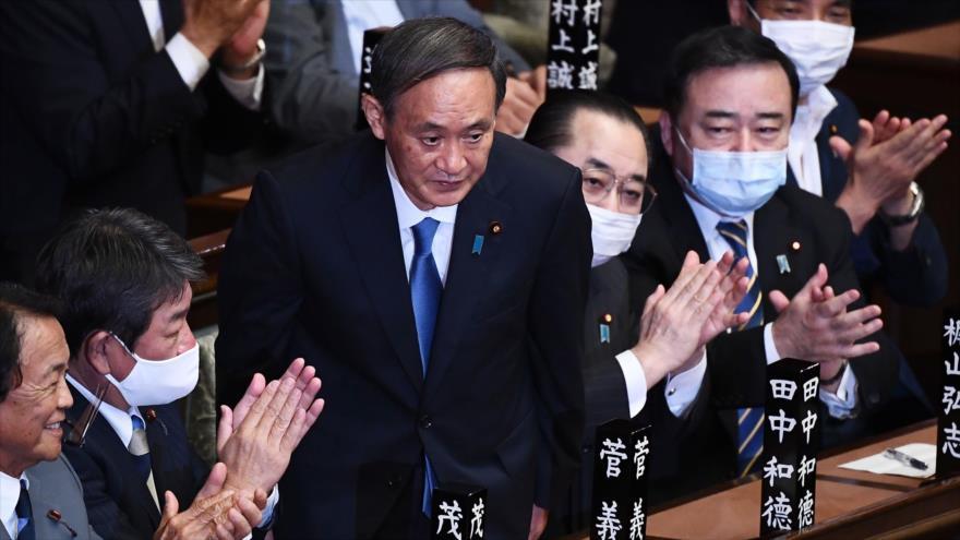 Yoshihide Suga (centro) es elegido nuevo premier de Japón por el Parlamento, Tokio, 16 de septiembre de 2020. (Foto: AFP)