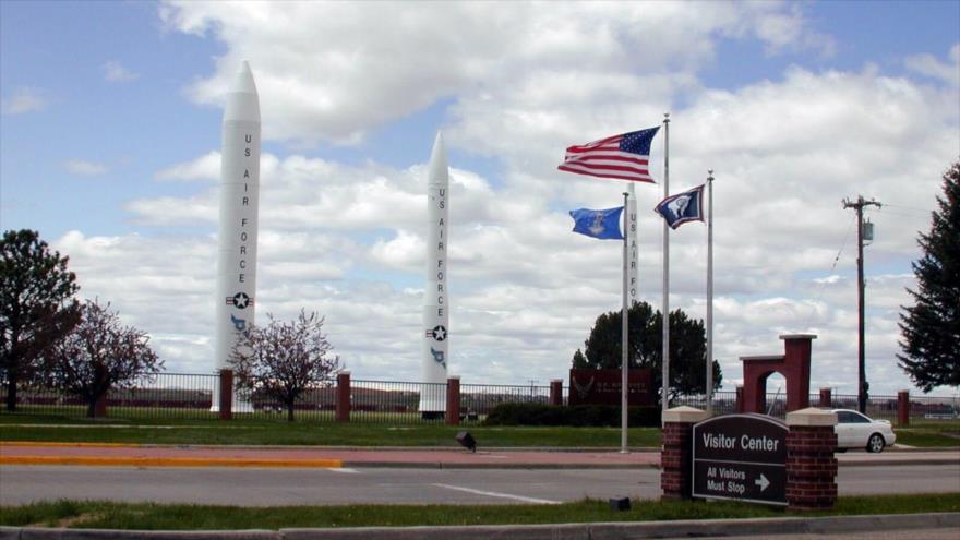 Tres misiles desplegados en la puerta principal de una base aérea en Wyoming (EE.UU.).