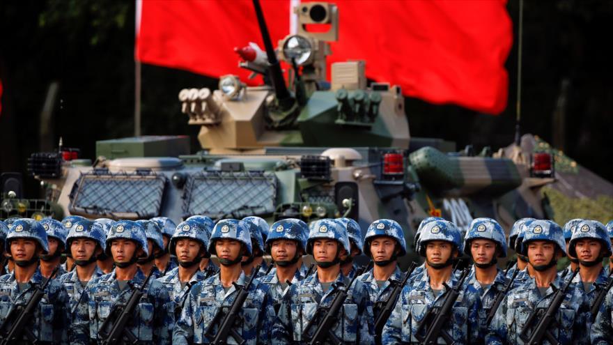 Los soldados chinos participan en una maniobra militar.