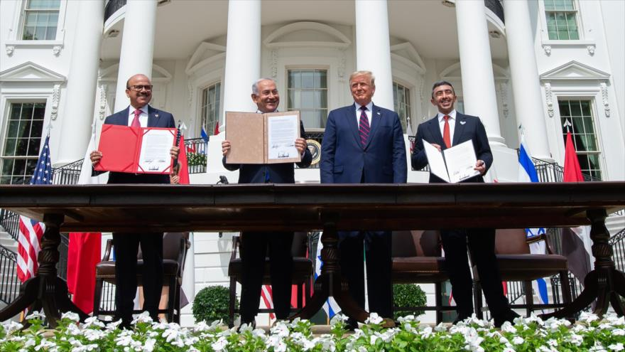 De izda. a dcha., el canciller bareiní, el premier israelí, el presidente de EE.UU. y el canciller emiratí en la Casa Blanca, 15 de septiembre de 2020. (Foto: AFP)
