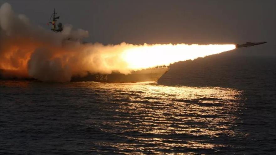Un buque de la Armada de Rusia en pruebas efectúa un disparo de misil contra algún objetivo enemigo.