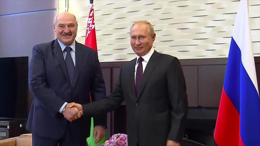 El presidente ruso, Vladimir Putin (dcha.), y su homólogo bielorruso, Alexander Lukashenko, en la ciudad rusa de Sochi, 14 de septiembre de 2020. (Foto: AFP)