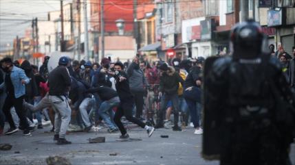 Policía de Ecuador reprime protesta de trabajadores con gas y agua