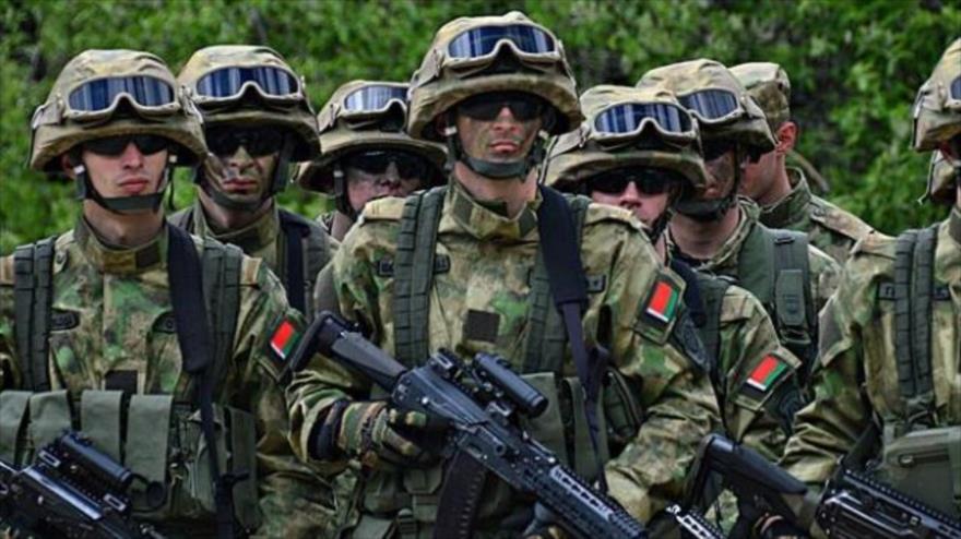 Un grupo de efectivos del Ejército de Bielorrusia en plena realización de una maniobra militar.